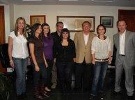 Alumnas ganadoras en el XXII Congreso de Jóvenes Investigadores posan con el alcalde, la concejala de cultura, el director del centro y el coordinador del Bachillerato de Investigación. Curso 2008-2009. Foto de archivo.