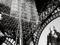 Emilio Pérez Piñero y el pintor Salvador Dalí a los pies de la torre Eiffel.