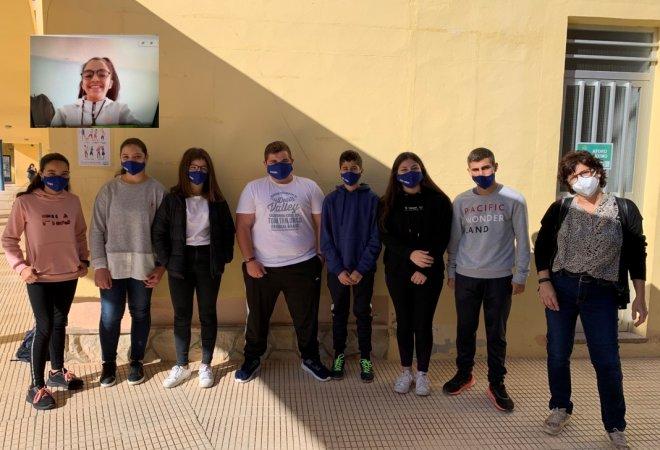 Grupo periodístico Discovery Team junto a la profesora Mª Isabel Pérez y sus alumnos de 4º ESO del colegio CBM Cruz de Piedra.