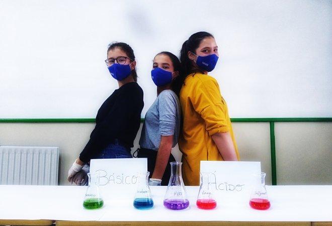 Integrantes de Discovery Team realizando el experimento de pH